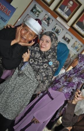 Keceriaan opa dengan teman-teman Keputrian